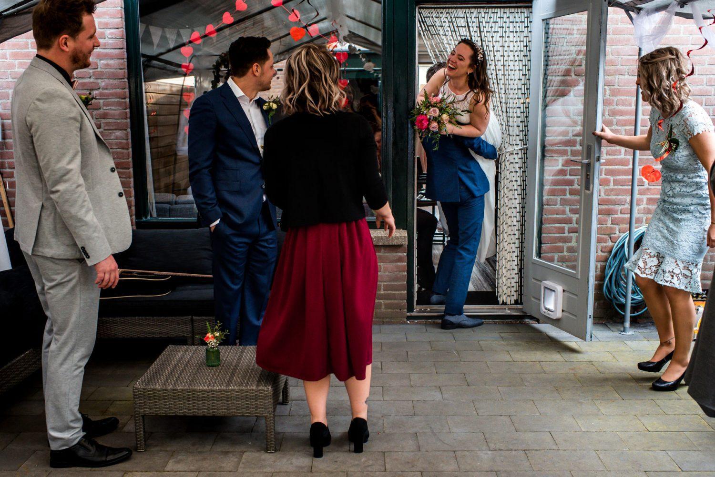 Trouwen in eigen tuin | Journalistieke trouwfotografie Amersfoort